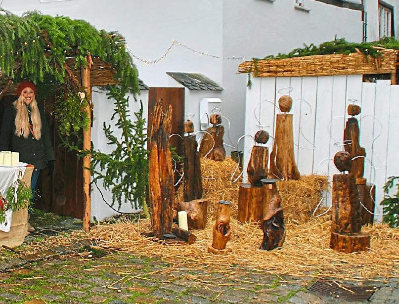 Eine moderne Krippe stimmt auf das bevorstehende Weihnachtsfest ein.
