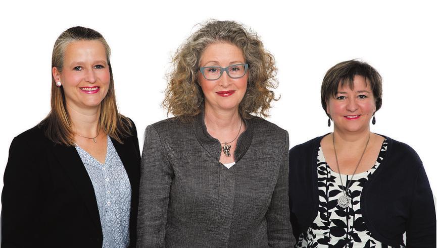 Am Tag der offenen Tür begrüßen Ulrike Högerle (v. l.), Beate Wierhake und Yvonne Müller im Rosenhof Ahrensburg die Gäste Foto: Rosenhof