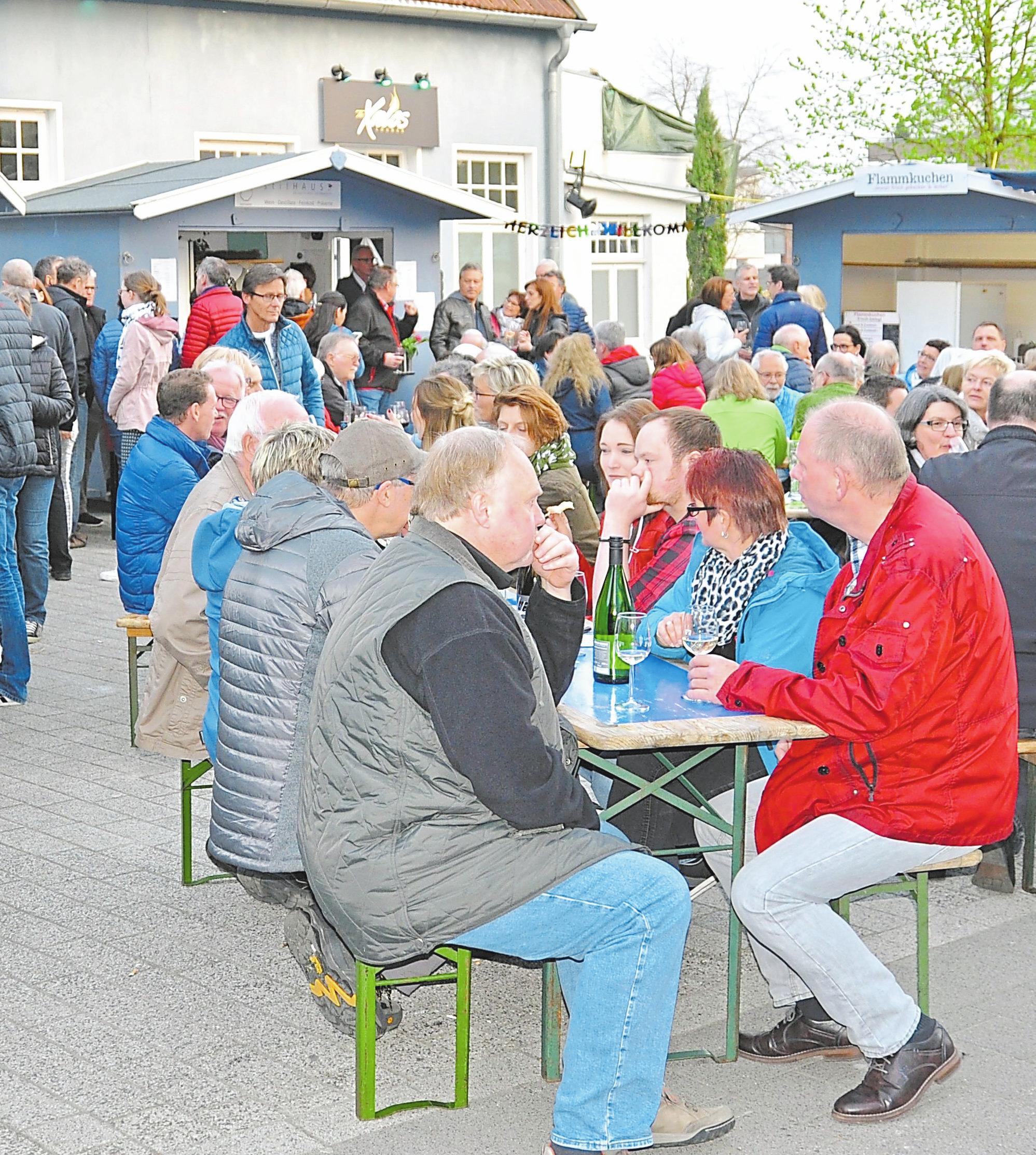 Zu einem echten Besuchermagneten hat sich im Laufe der Jahre das Weindorf entwickelt. Foto: Mareike Stratmann