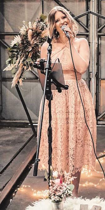 Nadine Krumm alias Hochzeitssängerin Nadine begleitet jede Hochzeit musikalisch und untermalt damit emotionale Augenblicke. Foto: Aline Egerding Fotografie