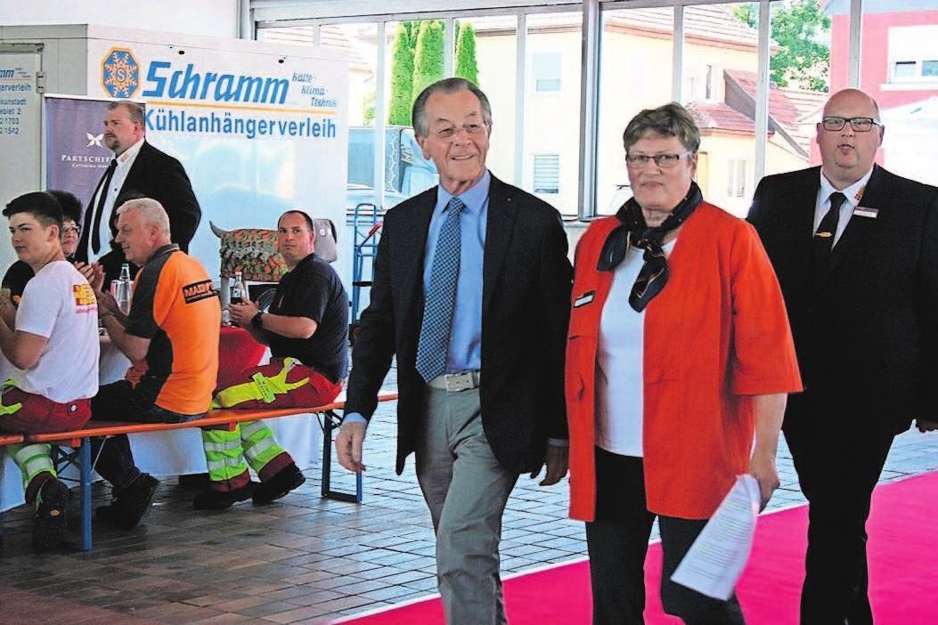 Franz Müntefering (l.), ASB GF Roland Funk (r) und die Vorsitzende des Kreisverbandes Christa Steiger (m) beim Einmarsch.