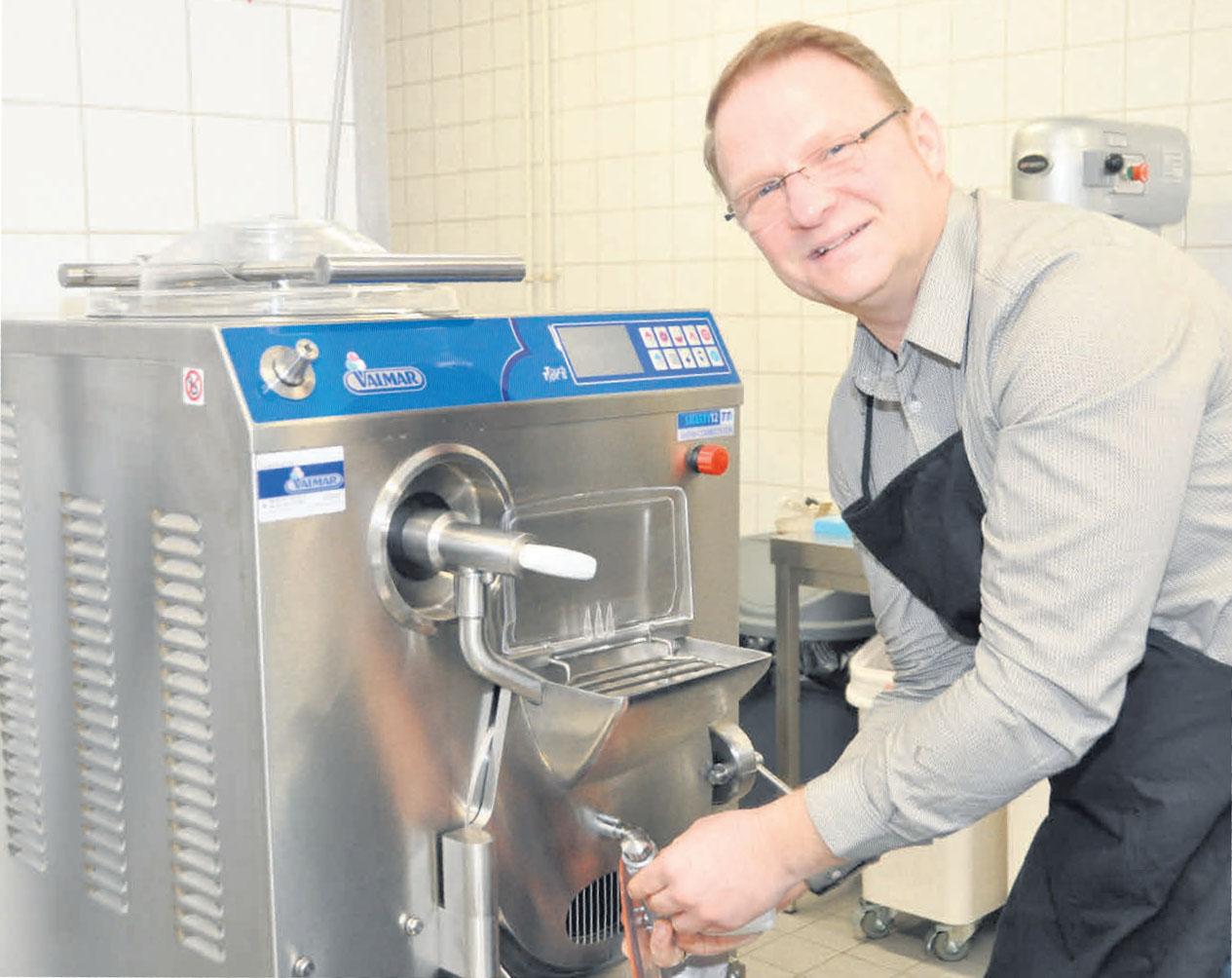 Frank Blume stellt das Eis für sein Café selbst her. Das Bild zeigt ihn bei der technischen Vorbereitung seiner neuen Eismaschine.