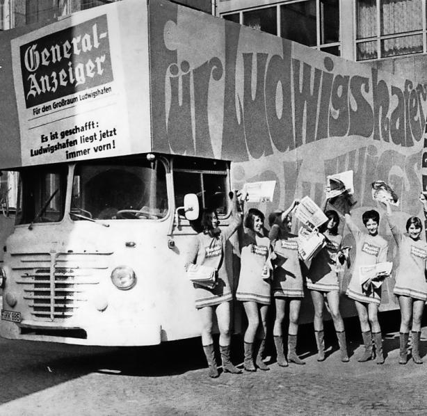 """Mini-Mädchen machten Werbung für den """"General-Anzeiger"""". Geholfen hat es aber nur wenig. FOTO: KORTOKRAKS/STADTARCHIV LUDWIGSHAFEN"""