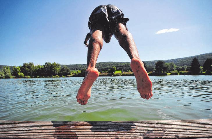 Beim Bad in unbekannten Gewässern sollte man vorsichtig sein - vor allem bei Kopfsprüngen, wenn man nicht weiß, wie tief der See ist. FOTO: STROBEL