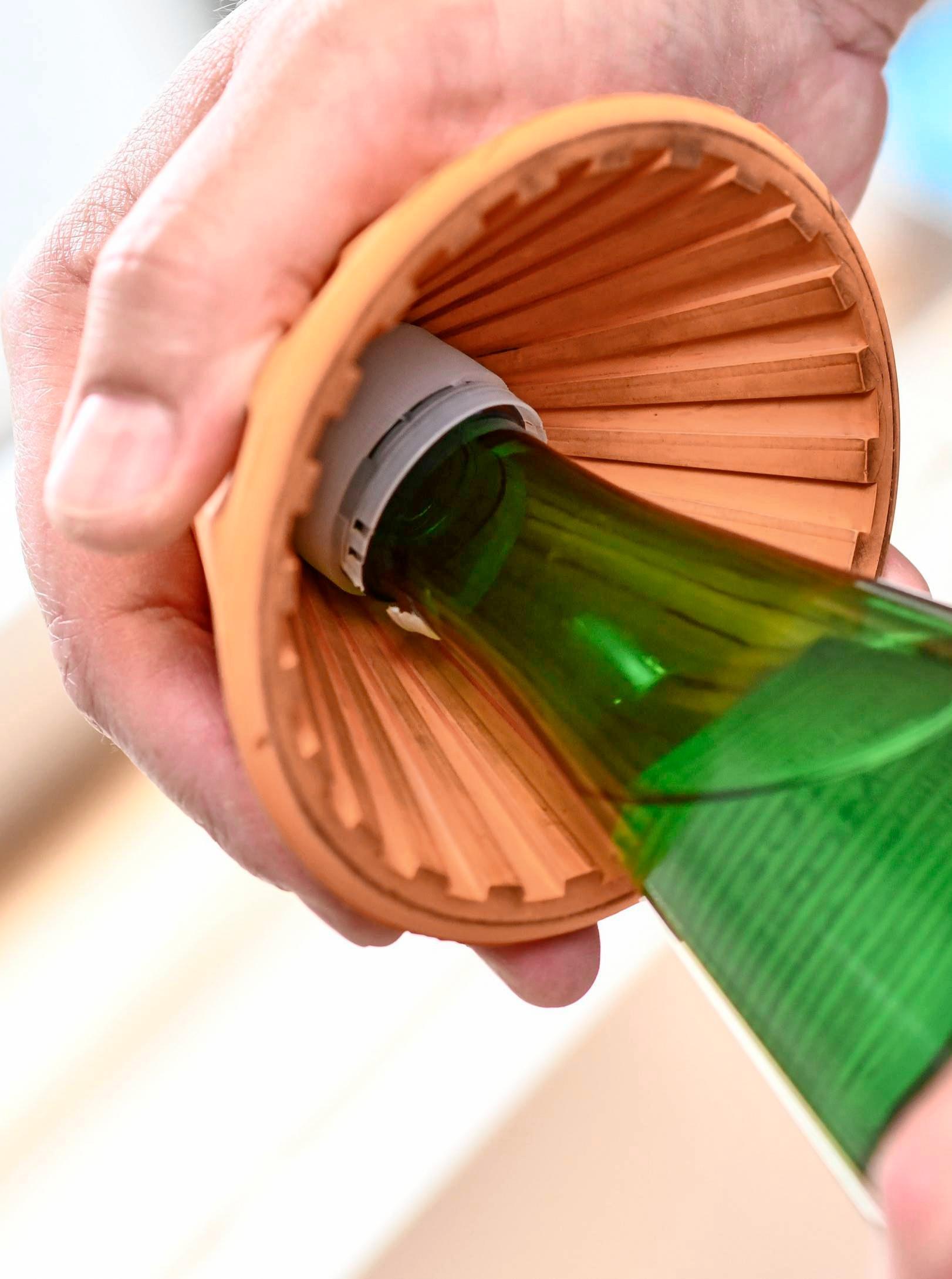 Der Trichter öffnet Flaschen. Foto: Kirsten Neumann/dpa-tmn