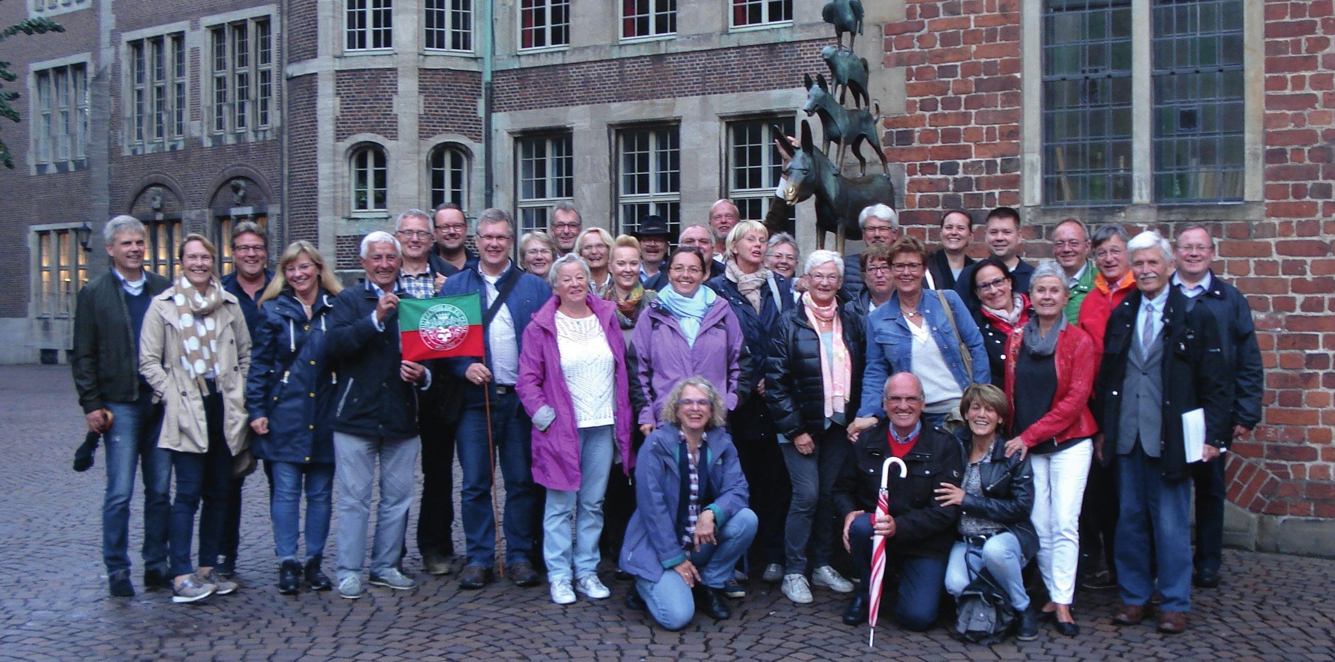 Die Collegiumsmitglieder mit Ihren Damen vor den Bremer Stadtmusikanten.