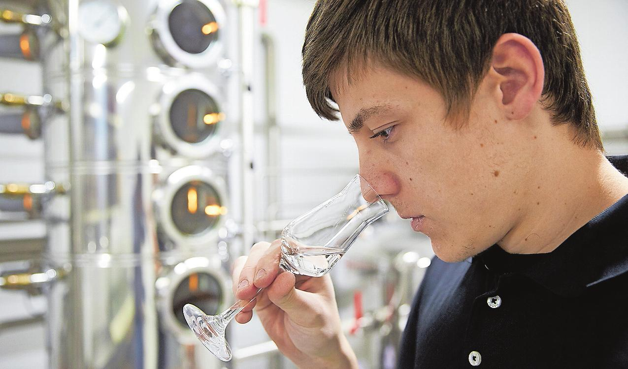 Nur wer weiß, wann etwas falsch oder richtig schmeckt, kann einen guten Schnaps herstellen: Angehende Destillateure lernen diese Fertigkeit in einem Sensorik-Kurs. FOTO: THOMAS FREY/DP