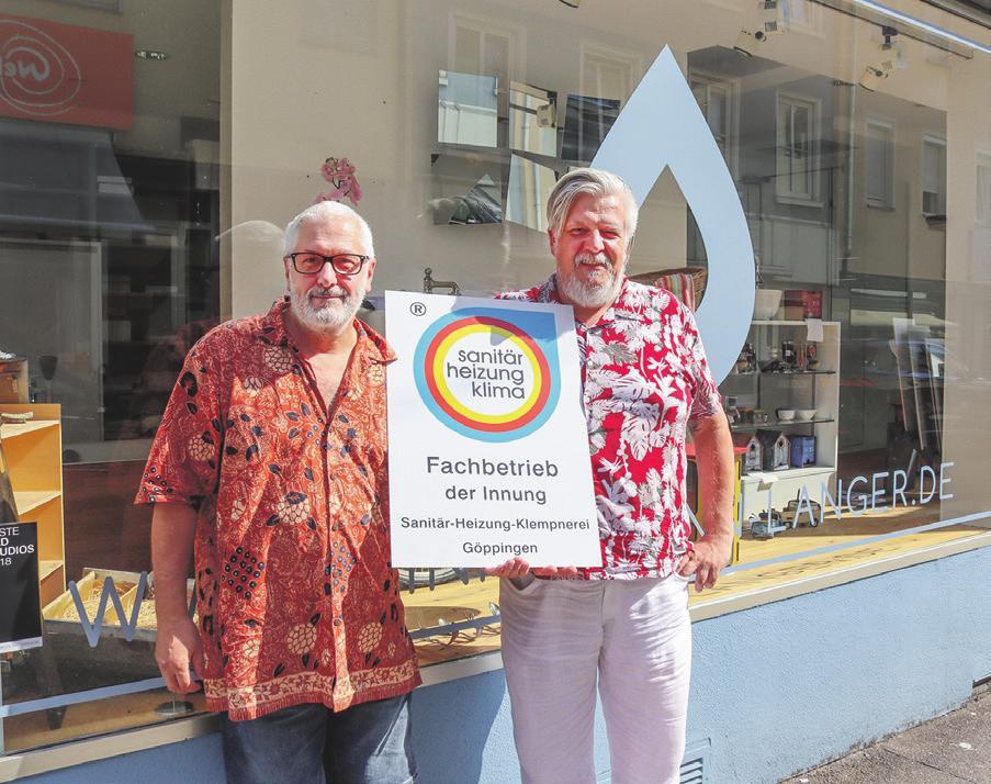 Rudolf Langer (links) und Michael Hinkelmann präsentieren stolz ihr neues Innungsschild. Foto: Daniela Strohmaier