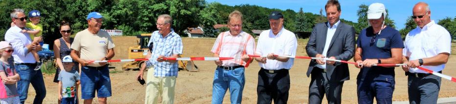Planer, Baufirma, Vertreter der Stadt und künftige Bauherren zerschneiden das Absperrband. Die Bauarbeiten können jetzt bald beginnen. Foto: Archiv/Plückthun