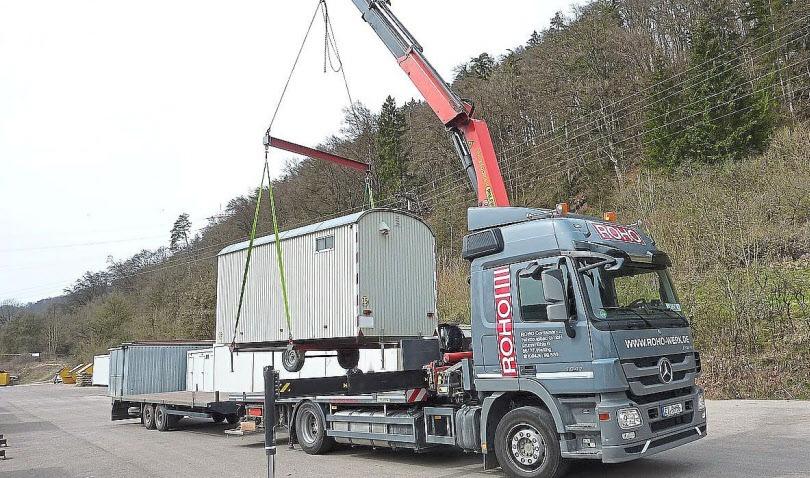 Mit dem ROHO Kran-Lkw werden dem Kunden die Bauwagen und Container direkt geliefert und am neuen Bestimmungsort aufgestellt und montiert.