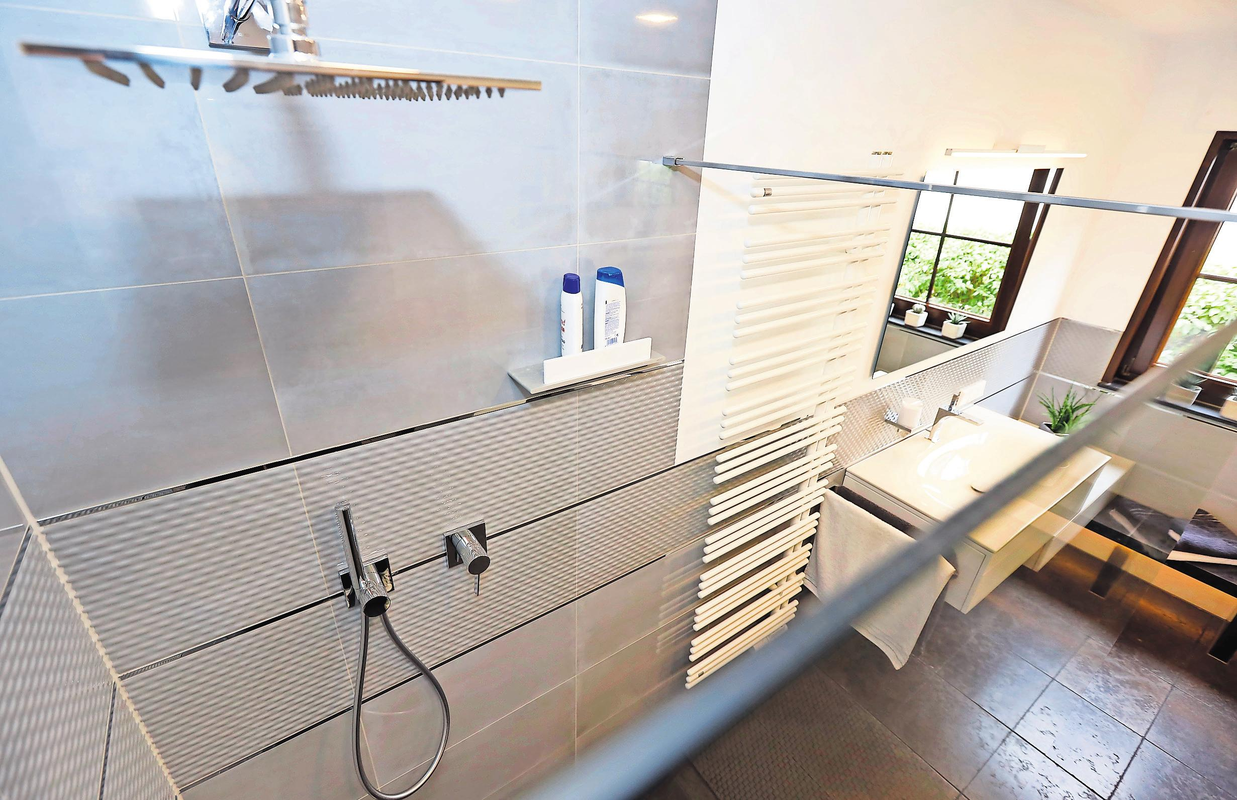 Bodentief und offen fügt sich die Regendusche perfekt ins Badezimmer ein.