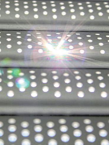 Moderne Lichtschienen, mit denen sich einzelne Lamellen von Rollläden ersetzen lassen, verfügen über eine löchrige Struktur, die Tageslicht einfallen lässt. Foto: djd/Schanz Rollladensysteme