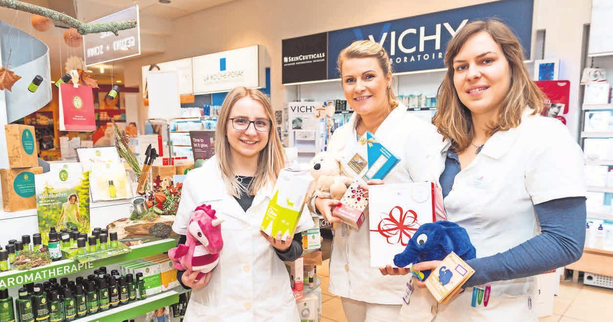 LAUTER GUTE GABEN: Das Team der Petersbogen-Apotheke hat zahlreiche Produkte im Sortiment, die sich hervorragend unterm Weihnachtsbaum machen. Foto: Christian Modla