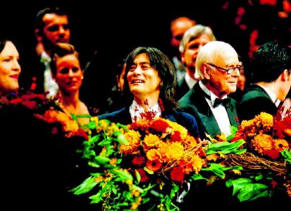 2003 Der damalige Bundespräsident Johannes Rau und Ehefrau Christina (kl. F. r.) zählten ebenso wie Alexandra Kamp,Wolfgang Joop und Alice Schwarzer (kl. F. l.) zu den Gästen der 10. Festlichen Operngala, die von Kent Nagano (gr. F. m.) dirigiert und von Loriot (gr. F. r.) moderiert wurde. PA/ZB/SÖREN STACHE