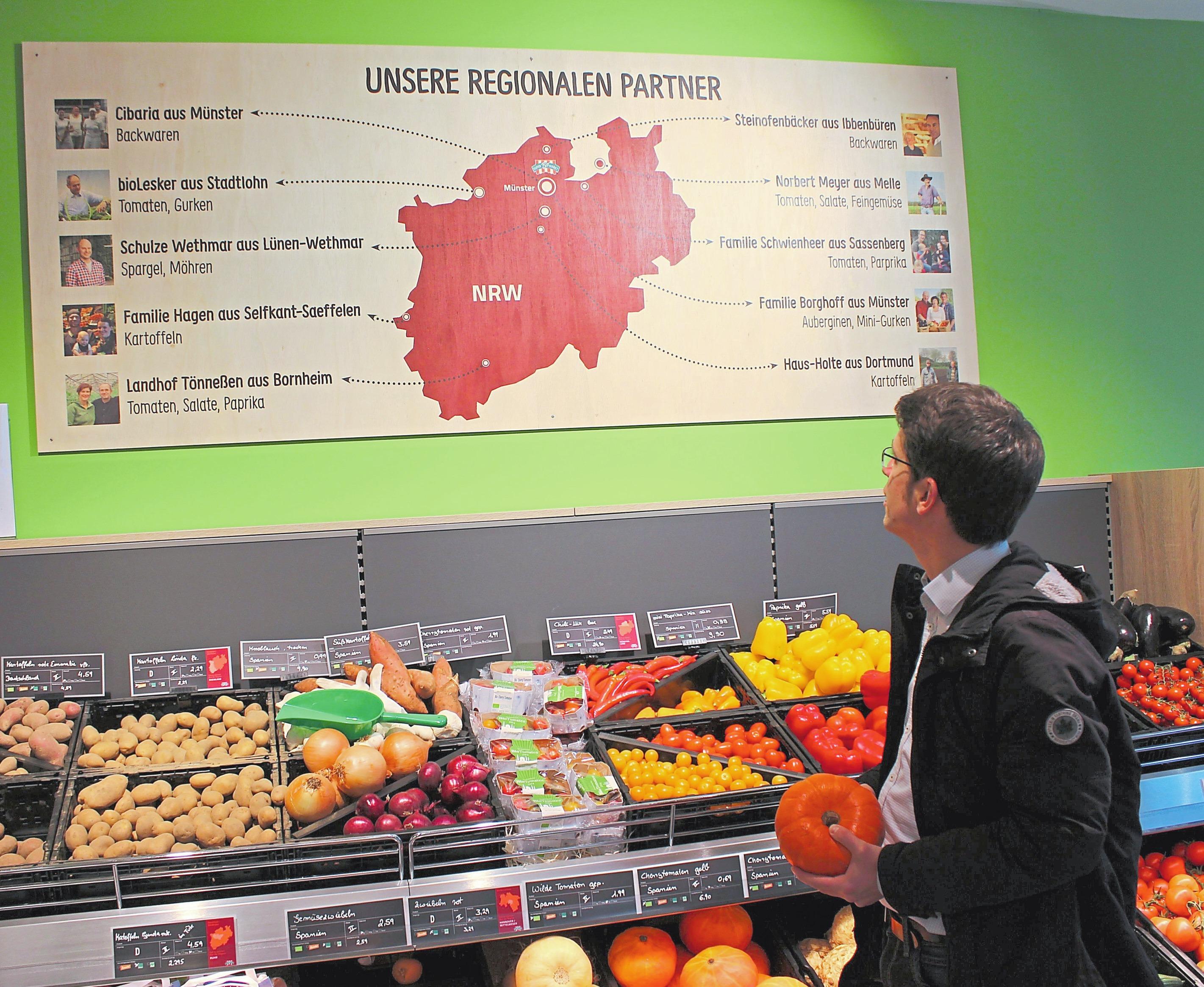 Die Tafel über dem Obst- und Gemüseregal informiert über die verschiedenen regionalen Lieferanten. Foto: kri