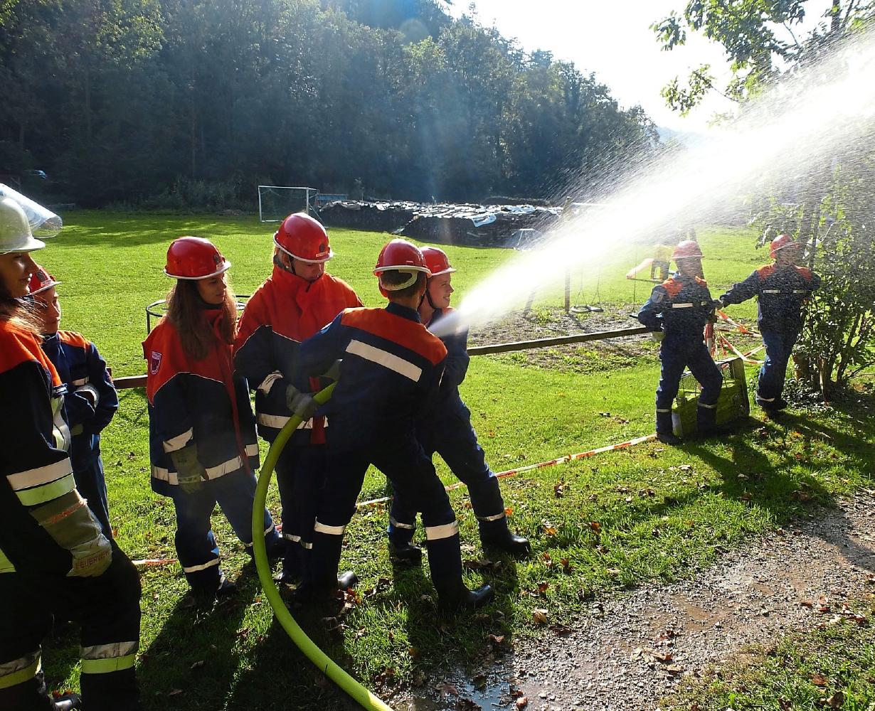 Die Jugendlichen ab 12 Jahren dürfen schon richtig ran ans Gerät. Beim 24-Stunden- Berufsfeuerwehrtag etwa mussten sie auch einen Waldbrand im Birktal bekämpfen. Die Jugendlichen üben bei ihren Treffen, wie bei Autounfällen vorgegangen werden muss. Mit ihrer Jugendarbeit sind die Kipenberger Feuerwehr für die Zukunft gerüstet. Fotos: FFW Kipfenberg