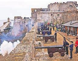 Mittags werden Kanonenschüsse auf Castle Cornet abgefeuert. Foto: Chris George/visit guernsey