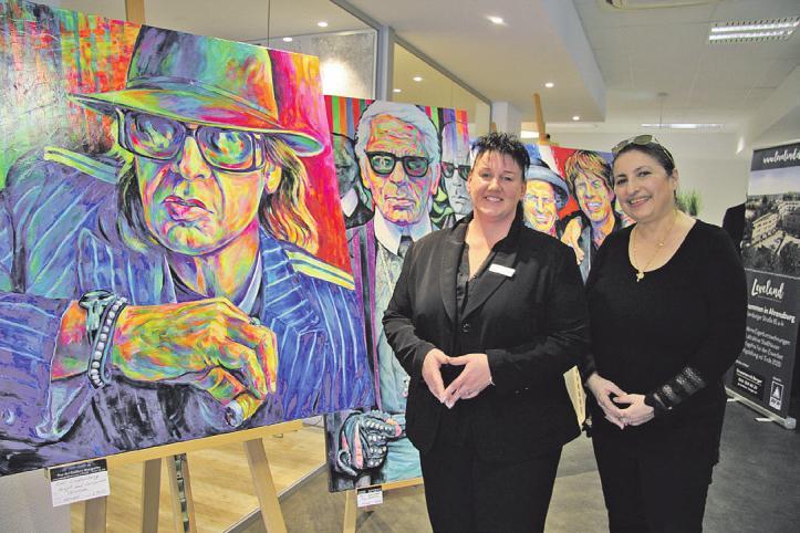 In prominenter Gesellschaft: Filialleiterin Sandra Bahr und Künstlerin Margarita Kriebitzsch Foto: Frauke Pöhlsen