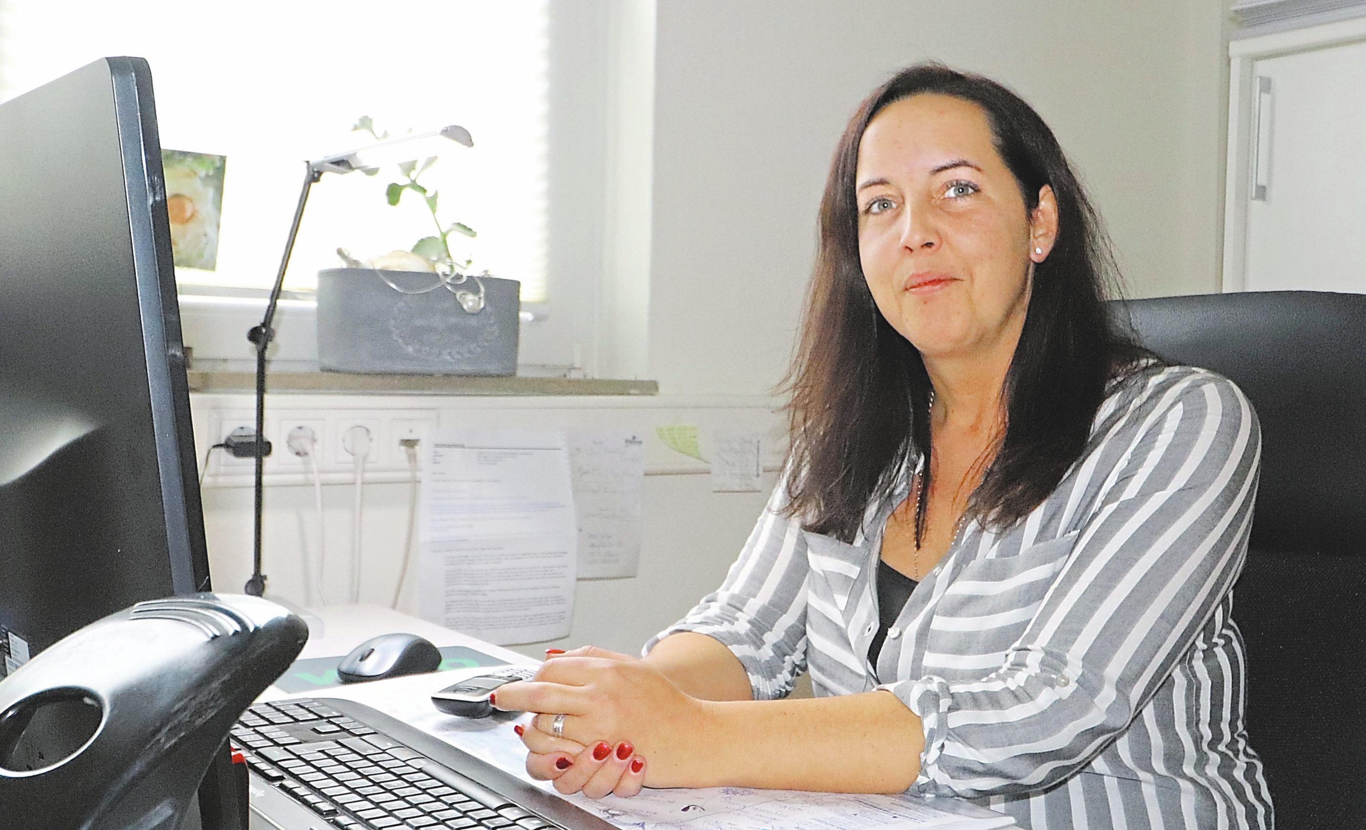 Tatjana Köstering ist Ansprechpartnerin der Kunden im Büro (kleines Foto) und koordiniert die Termine. Fotos (2): Guido Kratzke