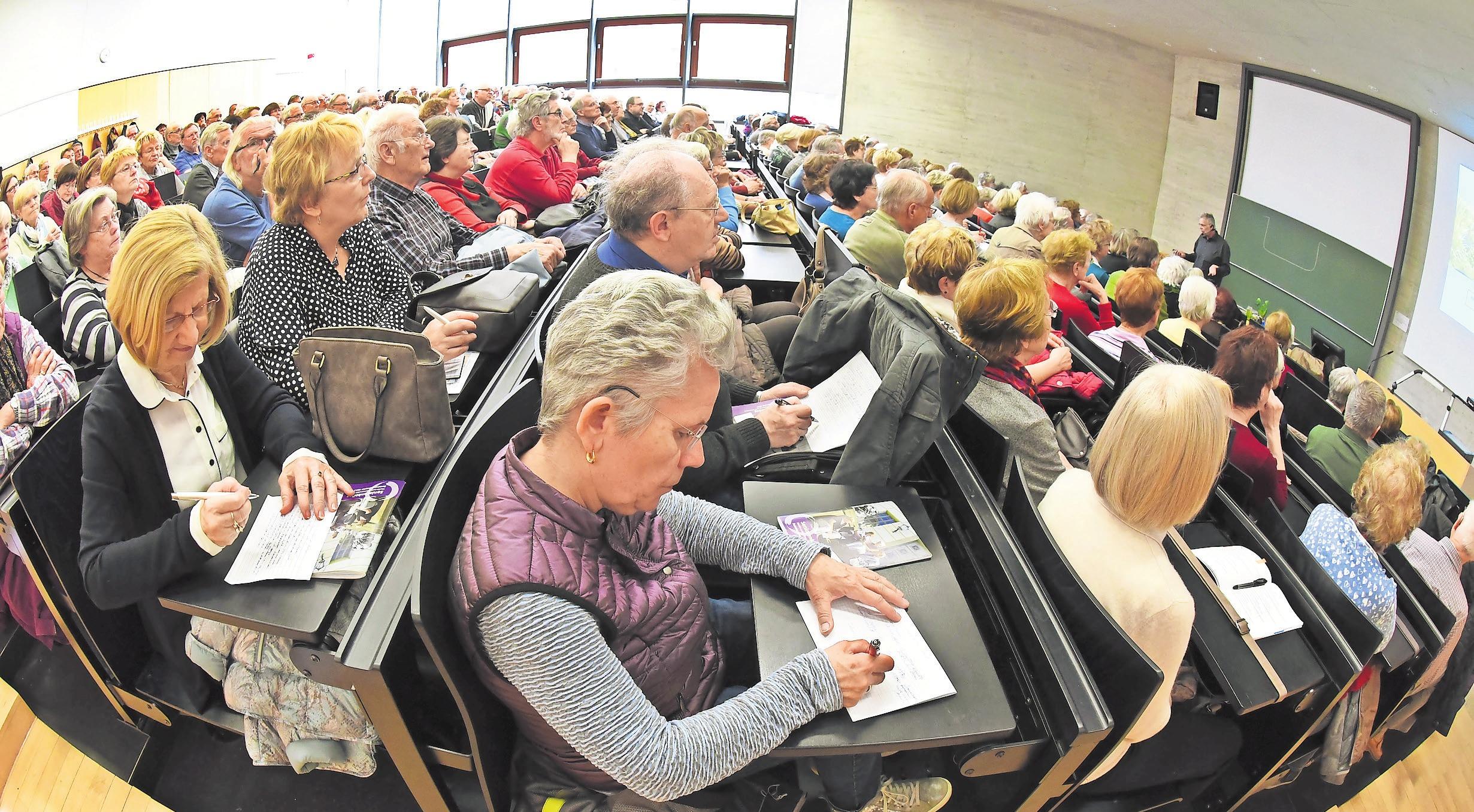 Studieren im Hörsaal – mit Lehrangeboten für Senioren. Foto: dpa