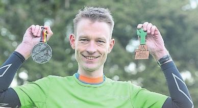 Felix Dreisow von der SG Finne Billroda zeigt stolz seine Medaillen, die er 2019 bei den Deutschen Meisterschaften gewann: Silber (Marathon) und Bronze (Halbmarathon). FOTO: ANDREAS LÖFFLER