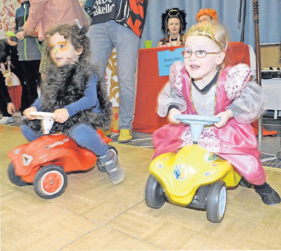 Auf die Plätze, fertig, los: Kinder haben Spaß beim kleinen Bobbycarrennen