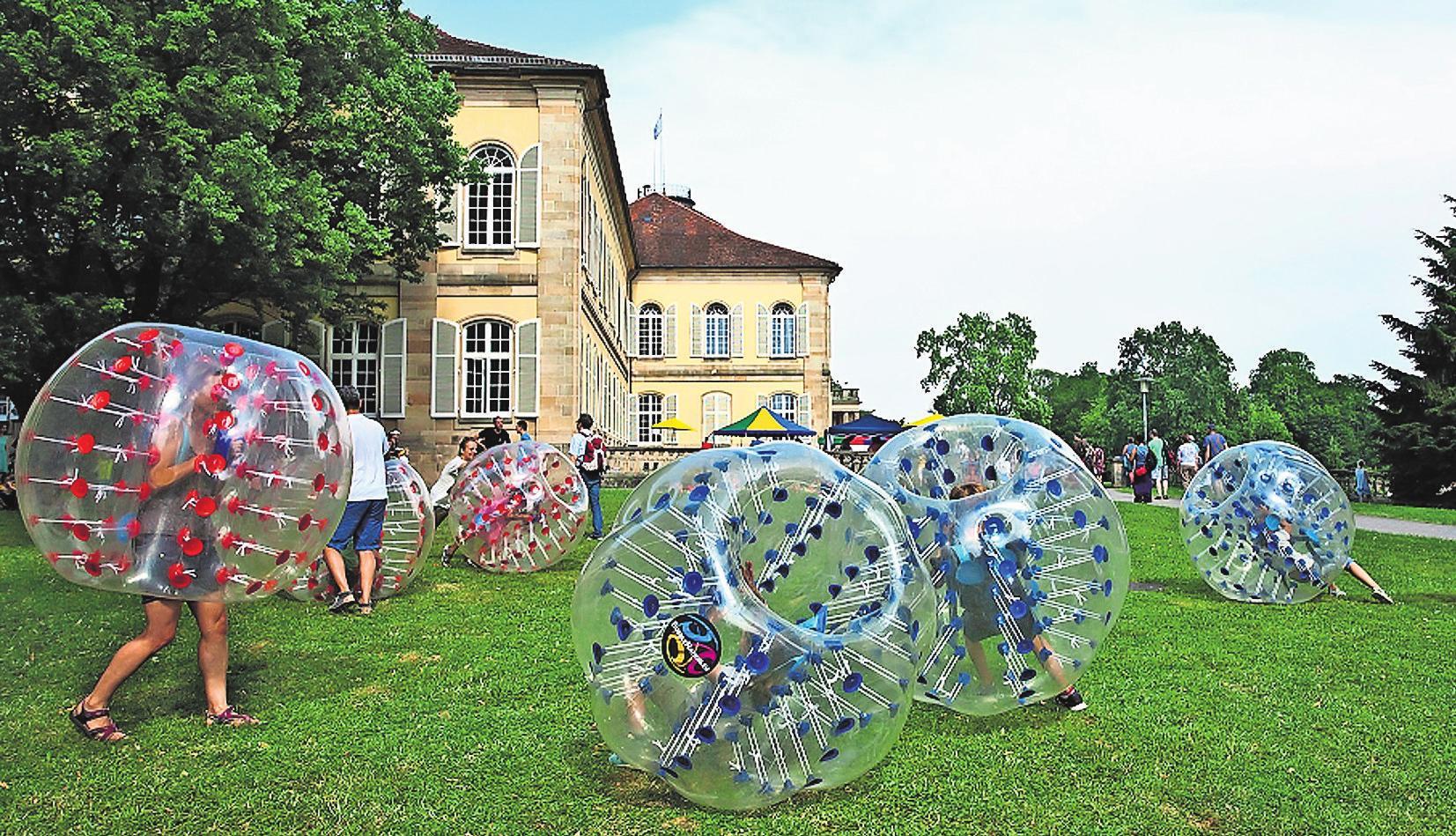 Bubble-Soccer vor der schönen Kulisse der Universität Hohenheim begeistert Jung und Alt am Tag der offenen Tür. Fotos: Universität Hohenheim/ Boris Lehner