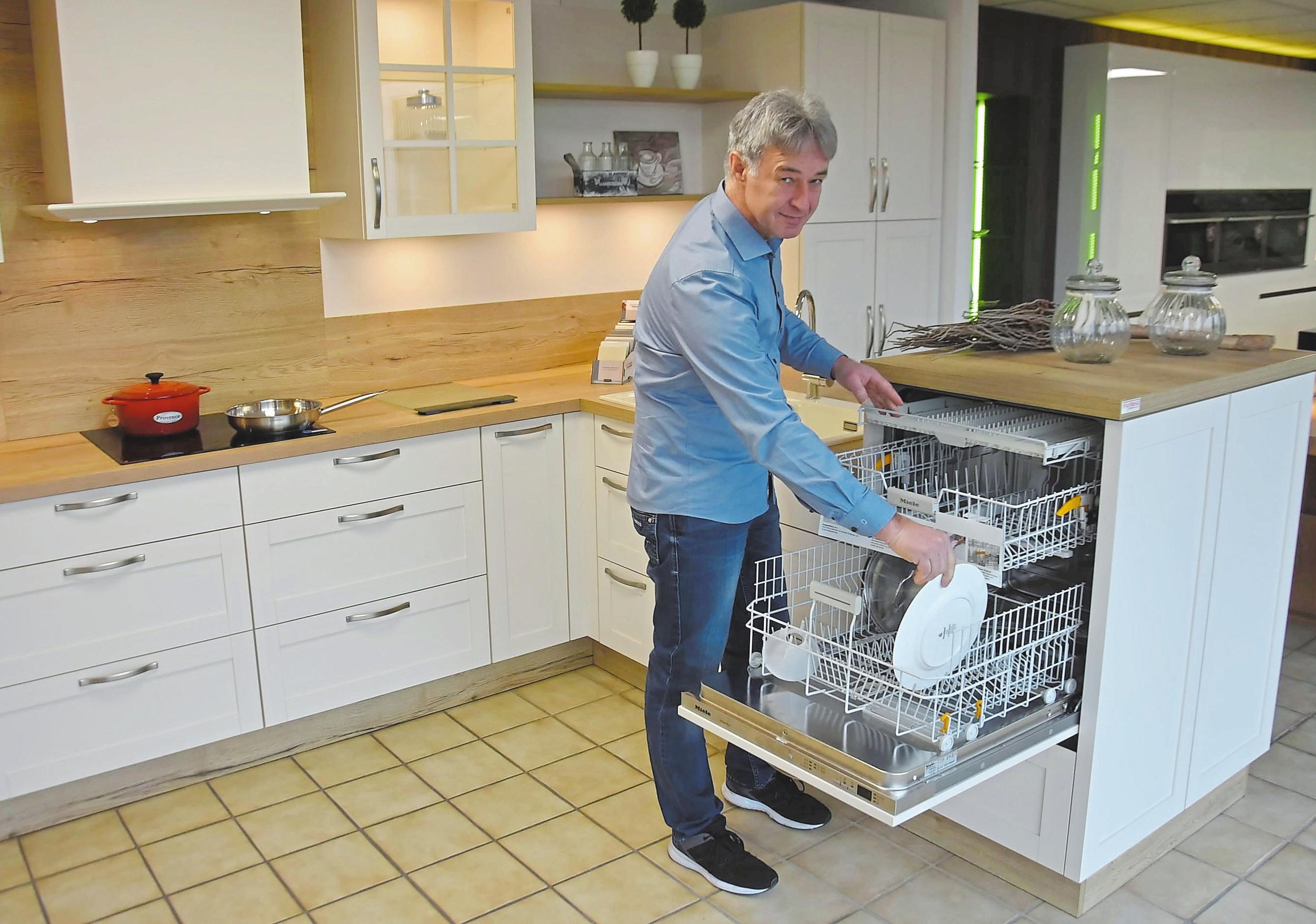 In der Küche im Landhausstil ist die Geschirrspülmaschine erhöht eingebaut worden und kann so leichter ein- und ausgeräumt werden. Fotos: lem