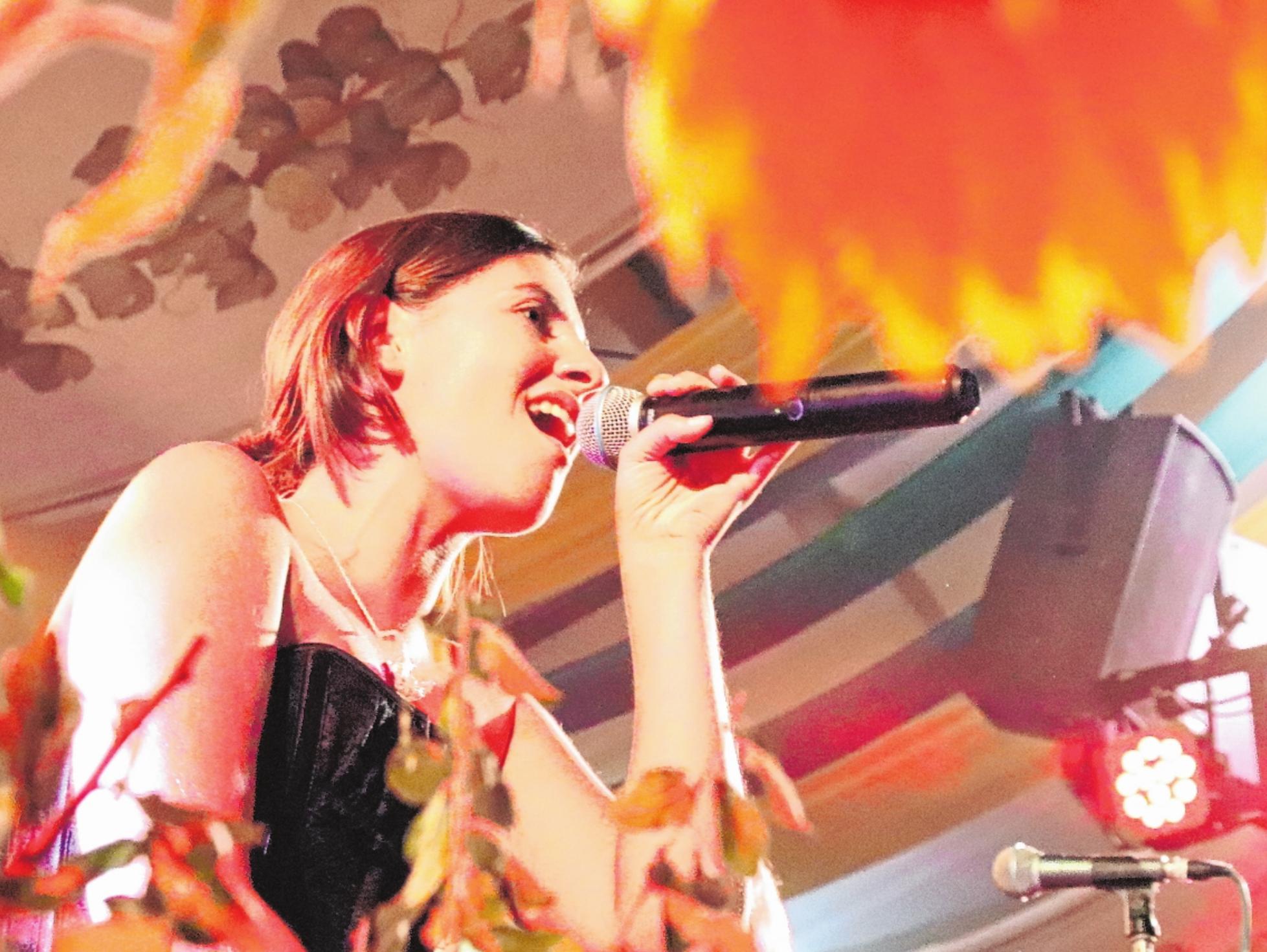 """Tina Zwickel, Sängerin der Stimmungs-Band """"Manyana"""", die für Donnerstag abend """"Happy Music for Happy People"""" ankündigt. FOTO: ROLAND PLEIER"""