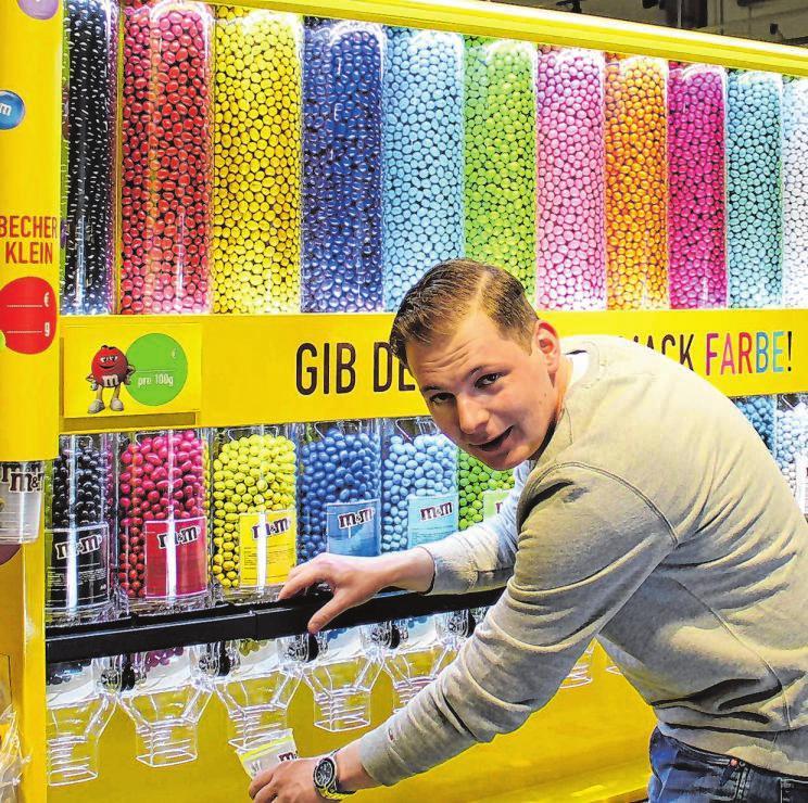 """Dornseifer-Marktleiter Peter Schneidersmann an der """"M&M-Mix-Station"""". Er und seine Mitarbeiterinnen und Mitarbeiter freuen sich auf viele Kunden."""