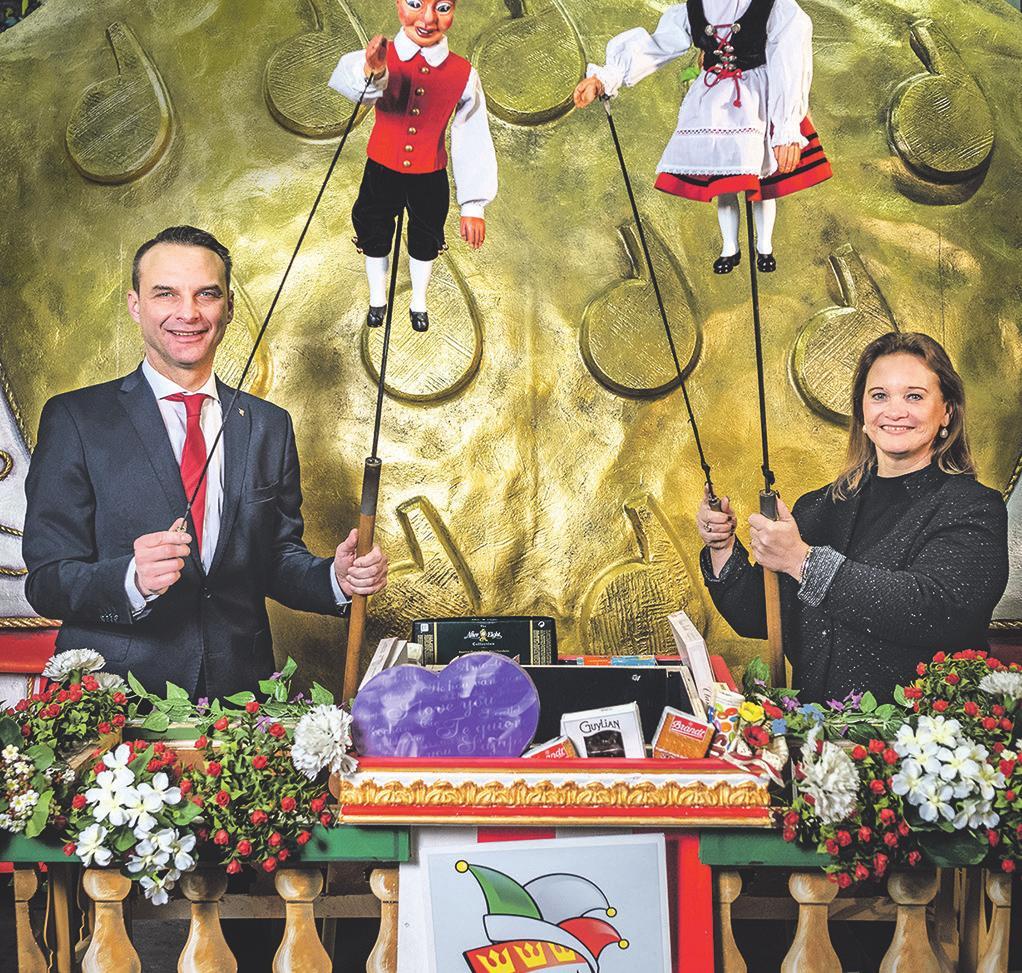 Zugleiter Holger Kirsch und Hänneschen-Intendantin Frauke Kemmerling stellen den Puppenzug vor