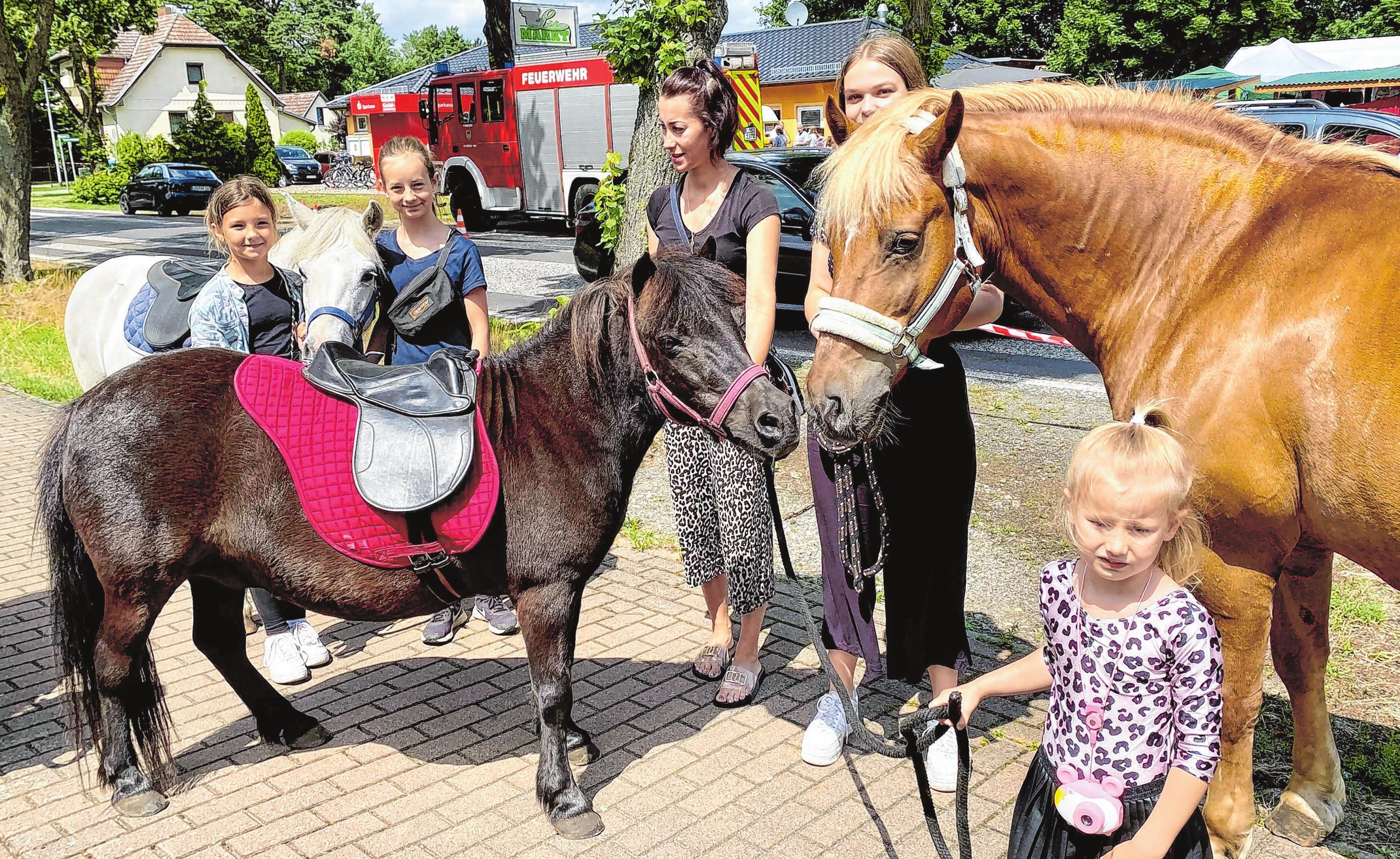 Der Hangelsberger Ponyhof LiSa von Klaus Sacher bot, sehr zur Freude der kleinen Besucher, neben dem Festplatz Ponyreiten an. Eine Runde durchs Dorf inklusive.