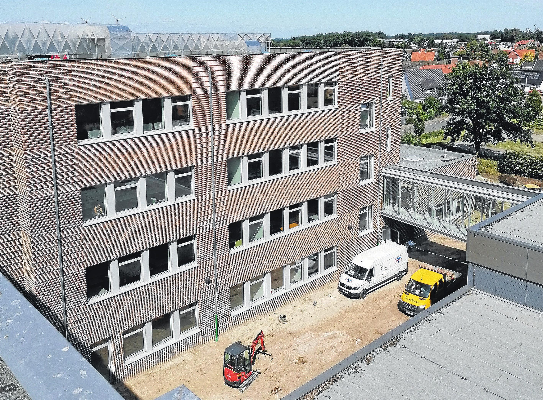 Ein Blick in den Innenhof: Zu den 2016 fertiggestellten Werkstätten erfolgt im ersten Obergeschoss eine Anbindung über eine Glasbrücke. Fotos: Petra Ahlers