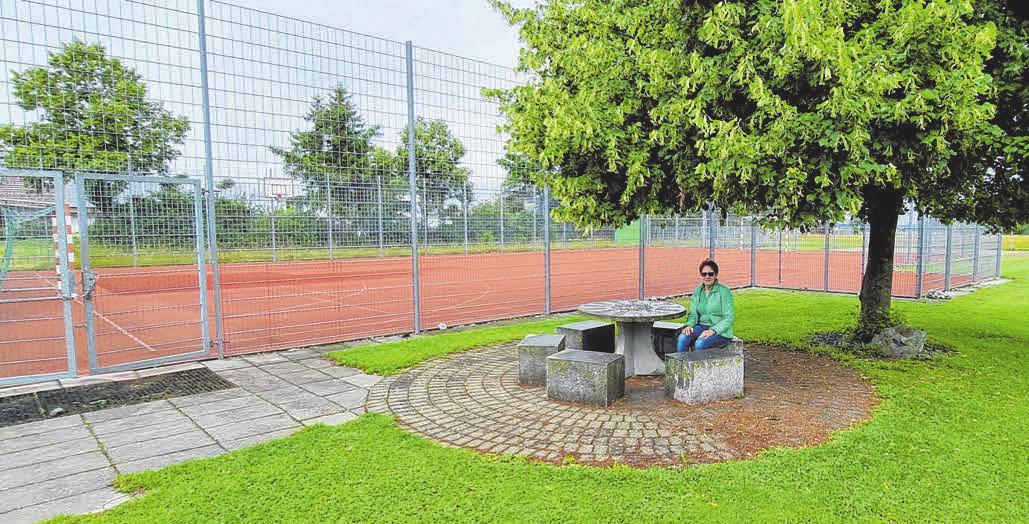 Vorsitzende Angelika Schiffer vor den Sportanlagen des TSV Walpertshofen. FOTO: FRANZ LIESCH