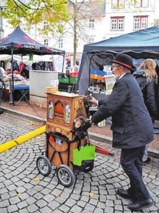 Auch ein Leierkasten-Mann ist immer wieder beim Hubertusmarkt mit dabei.