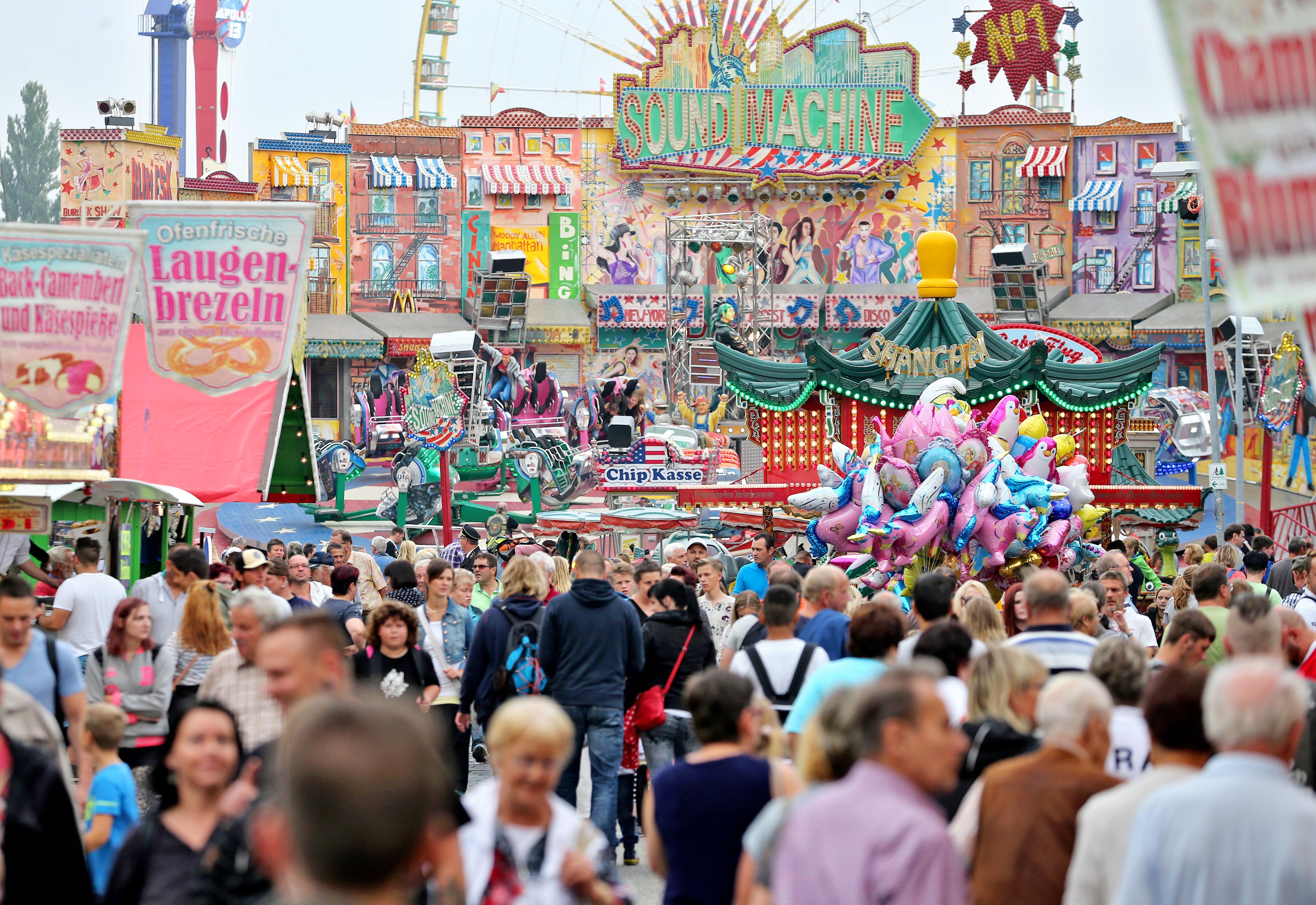 """Eisleber Wiesenmarkt und """"Kleine Wiese"""": Mit Festumzug, Rummel, Markttreiben, Bauernmarkt, Bühnenprogramm im Festzelt, Ballonglühen, dem Maskottchen Wiesi und einem riesigen Publikum ist die mehrtägige Veranstaltung laut Organisatoren das größte Volksfest in Mitteldeutschland.FOTOS: DPA/JAN WOITAS (2); MZ-ARCHIV/LUKASCHEK"""