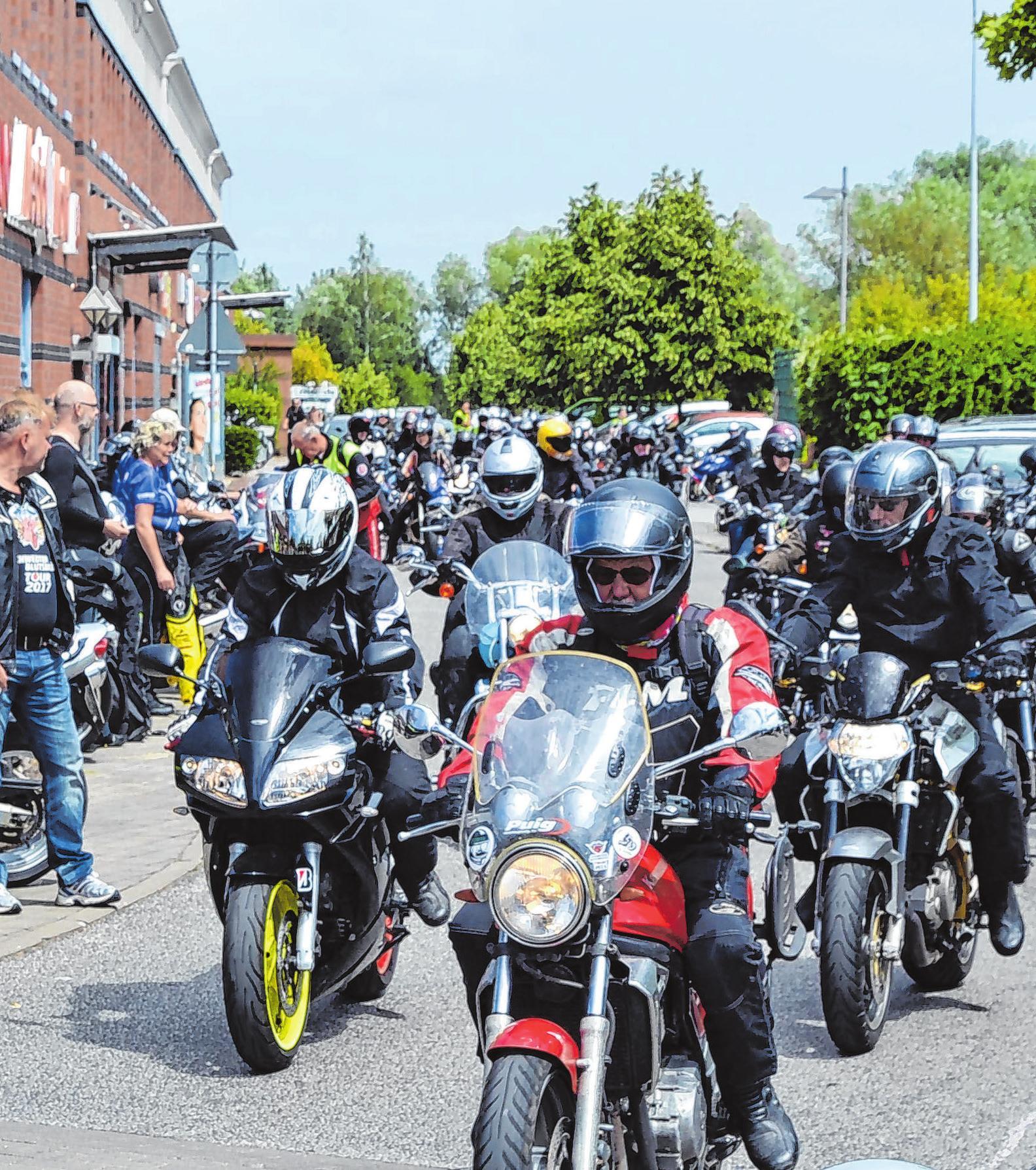 Wenn die Motoren dröhnen: Dann wird zur Ausfahrt Stellung bezogen. In diesem Jahr geht die Tour über die Oder-Welse-Dörfer und Angermünde wieder zurück in die Oderstadt, wo die Fahrer sicher wieder sehnlichst erwartet werden.