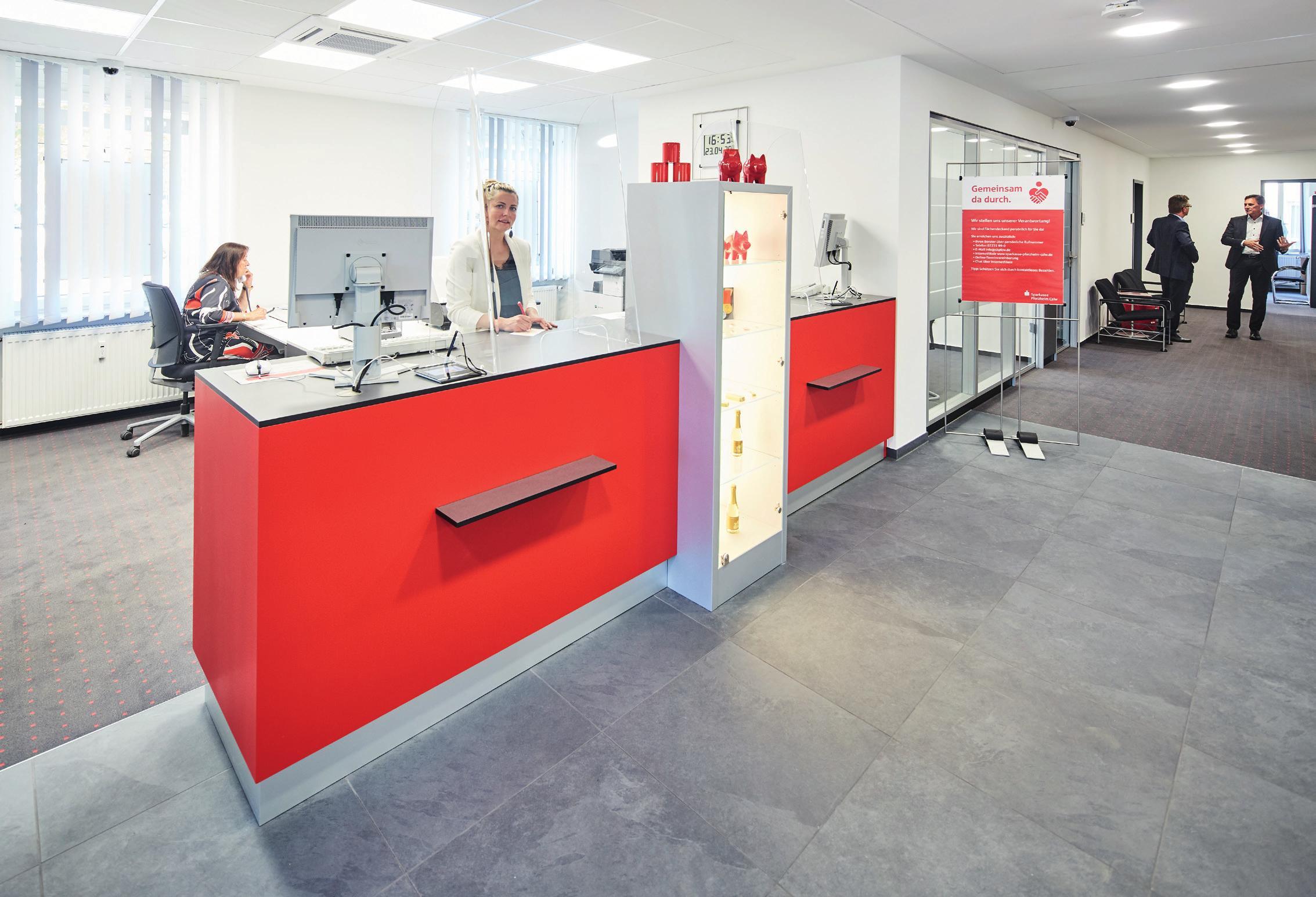 """Die lichtdurchflutete Kundenhalle der """"neuen"""" Sparkasse in Maulbronn."""