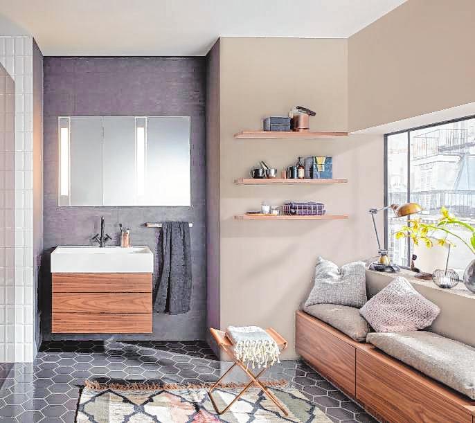Sanftes Beige gibt dem Badezimmer eine gemütliche Wirkung.