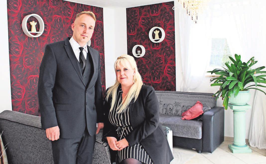 Christine und Christian Schombach vom gleichnamigen Bestattungsinstitut in ihrem Firmensitz in der Rostocker Goethestraße 6. Foto: K. Rathje-Wesselow