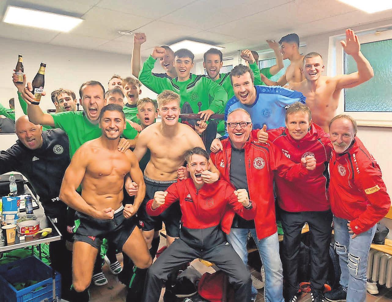 Die Männer des SV Ramlingen/Ehlershausen feiern in der Kabine einen ihrer zahlreichen Siege in der Saison 2019/2020. Foto: privat