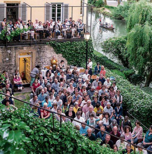Literatur an lauschigen Orten erleben: Von Freitag, 5., bis Sonntag, 7. Juli, findet in Tübingen wieder das Tübinger Bücherfest statt. Rund 70 Veranstaltungen locken an teils ungewöhnliche Orte, zahlreiche namhafte Autorinnen und Autoren werden ihr Publikum in den Bann ziehen. Anlässlich der 50-jährigen Städtepartnerschaft mit Durham ist England das diesjährige Schwerpunktthema. Bilder: Michael Raffel, Buchhandlung Osiander