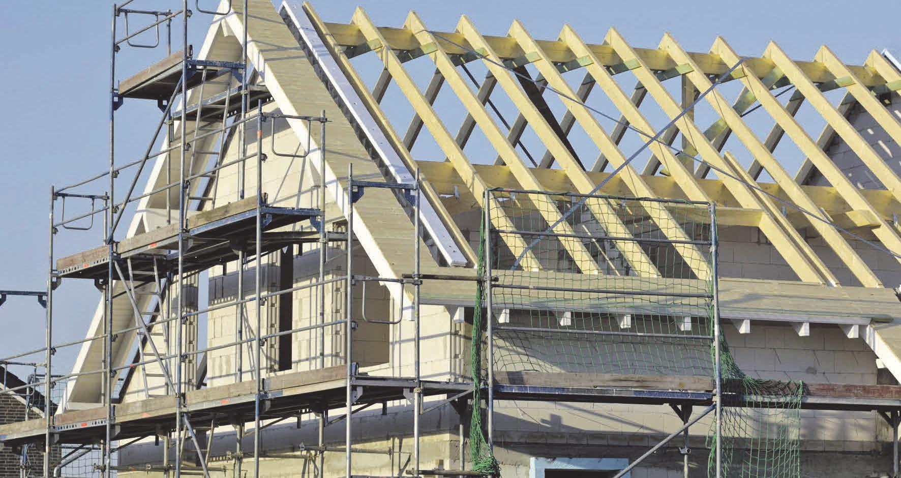 Das Dach dämmen – aber wie? Natürliche Materialien sind nicht immer die ökologisch sinnvolle Lösung. Foto: djd/Paul Bauder/acilo-Getty Images