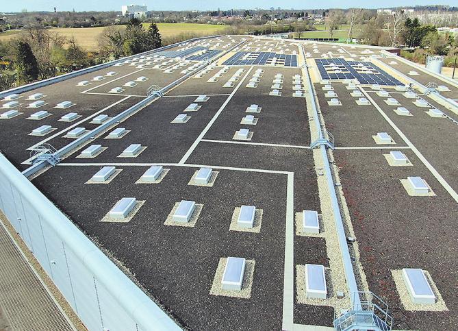 Das Dach schützt die Nachbarschaft vor Geräuschen. Es trägt zudem eine Photovoltaikanlage zur Erzeugung von Ökostrom, ist bewachsen und puffert Regenwasser