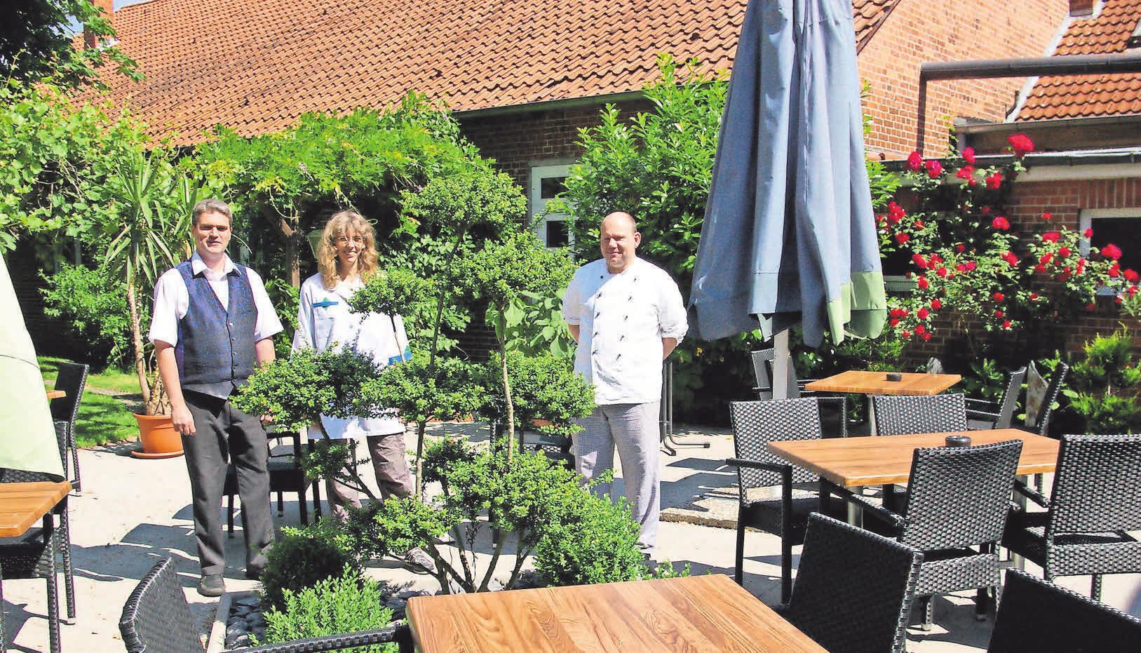 Freuen sich auf ihre Gäste (von links): Roland und Bianca Knop sowie Küchenchef Markus Ring.
