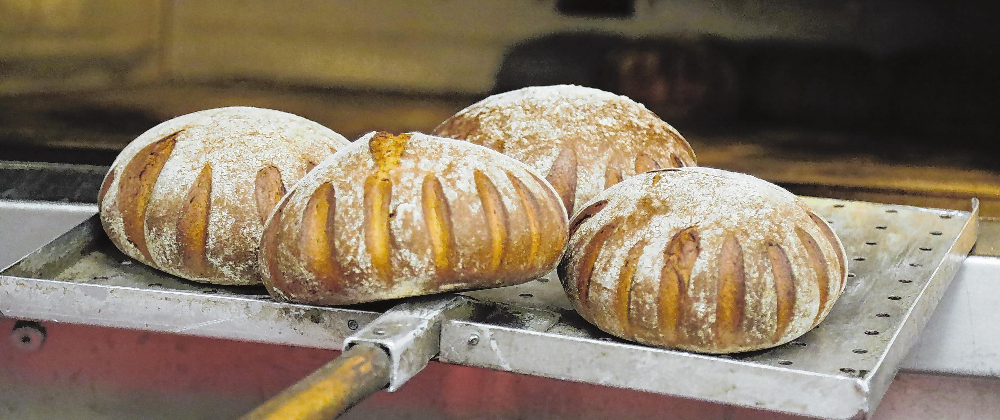 Fix und fertig: Das Roggen-Dinkel-Brot ist startklar für die Auslage.