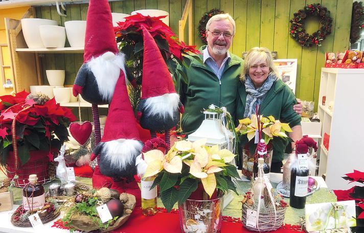 Werner und Iris Pein haben im Blumenhof Pein in Halstenbek viele große und kleine Weihnachtsgeschenke im Angebot Foto: Skibbe