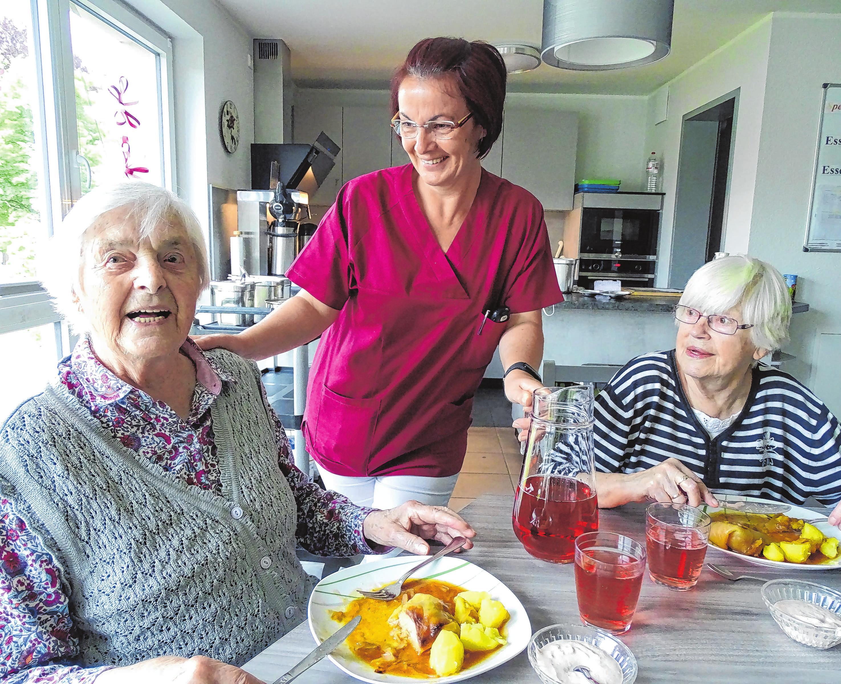 Gut versorgt beim Mittagessen mit leckeren Kohlrouladen: Gisela Goletz, Pflegehelferin Sarah Melcher und Ilse Hahn (v.l.)