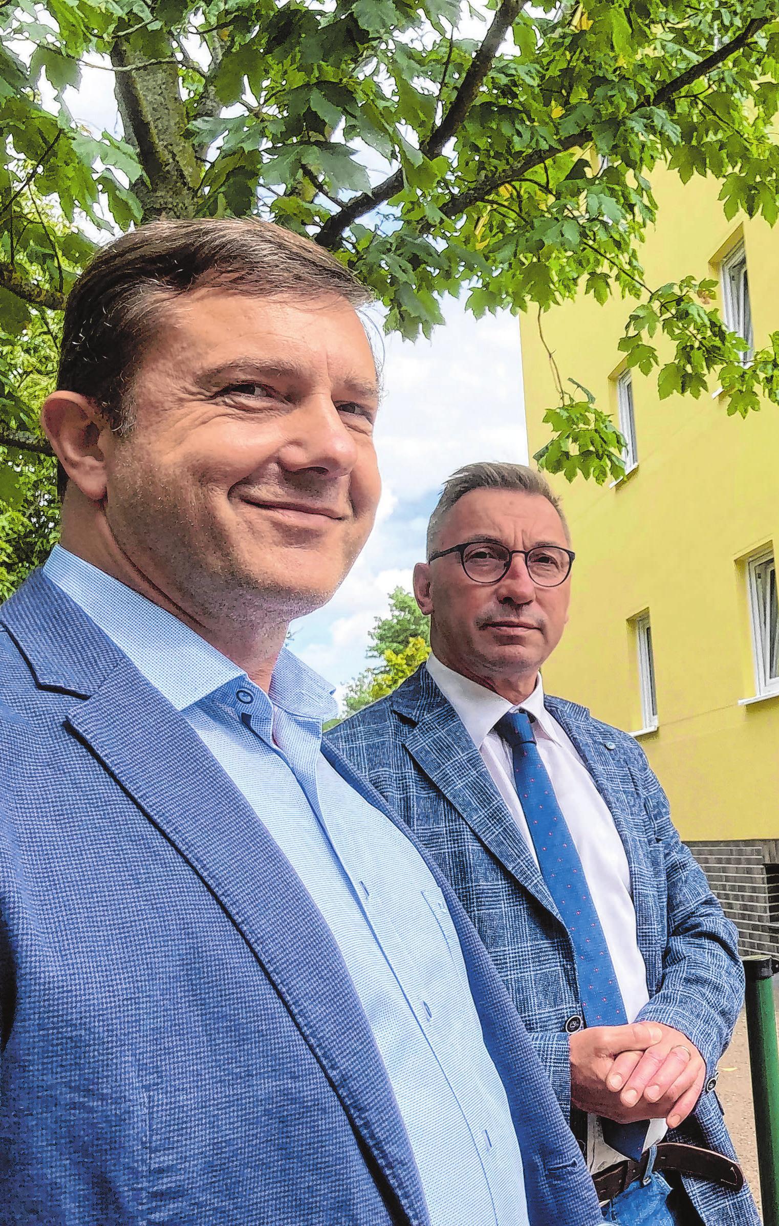 Erstmals ist dieser PWG-Chef als Bauherr in Erscheinung getreten: Heiko Ebers (li.) ist seit 2020 der Geschäftsführer der vor 30 Jahren gegründeten Premnitzer Wohnungsbaugesellschaft (PWG), deren Aufsichtsratsvorsitzender Bürgermeister Ralf Tebling ist. Foto: René Wernitz