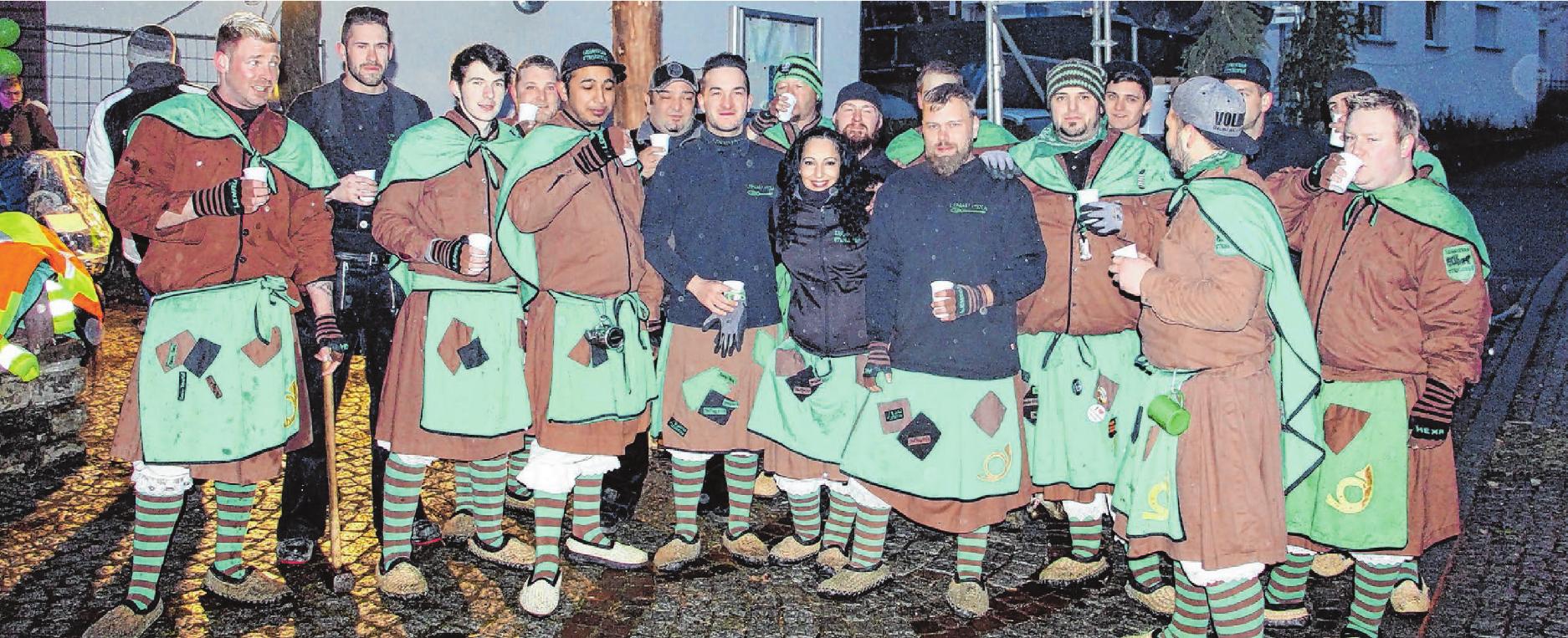 Die Steinhofener Lenau Hexa stellen zum inzwischen siebten Mal den Narrenbaum. Foto: Elisabeth Wolf